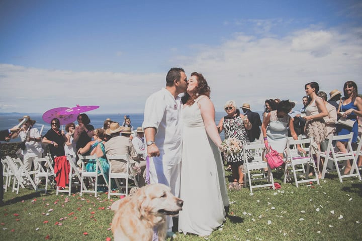 beso-novios-boda-ibicenca-ceremonia-20eventos-wedding-planners-san-sebastian