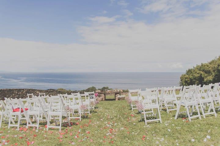 ceremonia-aire-libre-jardin-boda-ibicenca-decoracion-rustica-sillas-madera-blanca-20eventos-wedding-planners-san-sebastian