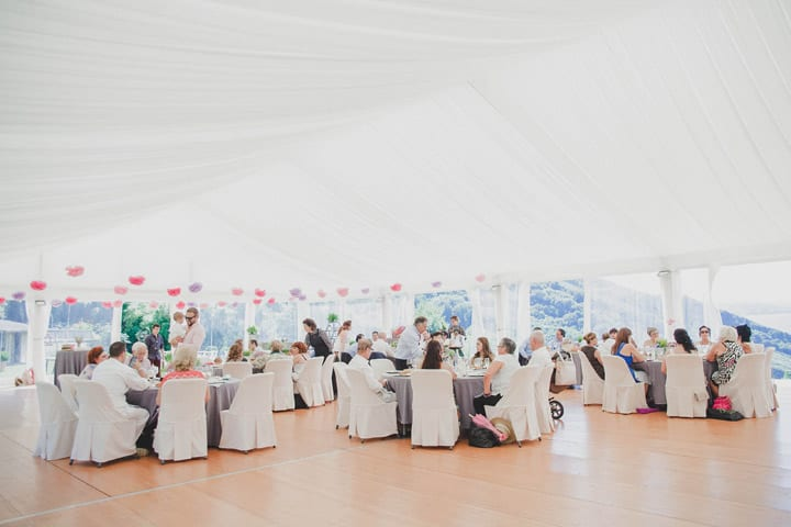 detalles-decoracion-carpas-mesas-bodas-rusticas-colorido-alegre-carpa-guirnalda-pompoms-flores-papel-bodas-itxasbide-20eventos-wedding-planners-san-sebastian