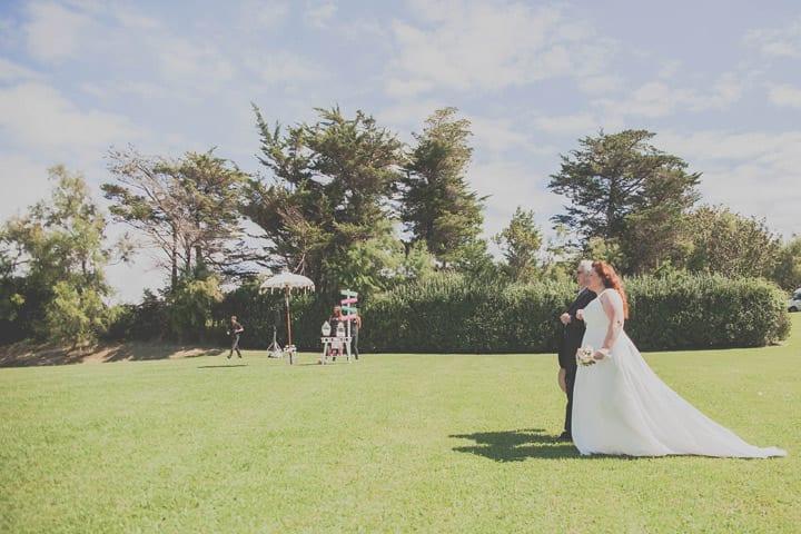 novia-padrino-ceremonia-jardin-boda-ibicenca-20eventos-wedding-planners-san-sebastian