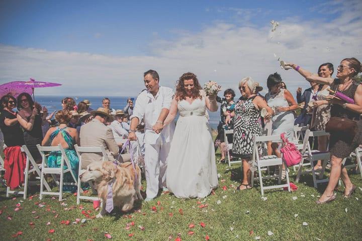 salida-novios-ceremonia-civil-aire-libre-boda-ibicenca-jardin-20eventos-wedding-planners-san-sebastian