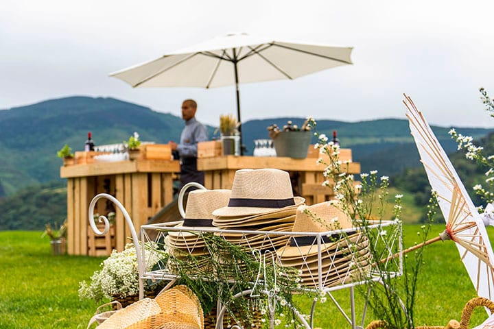 20eventos-wedding-planners-san-sebastian-bodas-decoracion-rincon-sombreros-sombrillas-bar-jardin-palets-katxina-bodega-txakolindegi